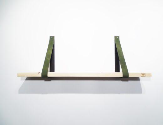 Wandplank met leren plankdragers groen