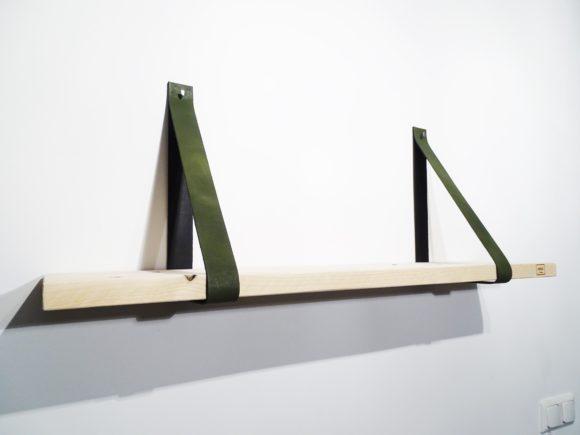 plank met leren plankdragers groen