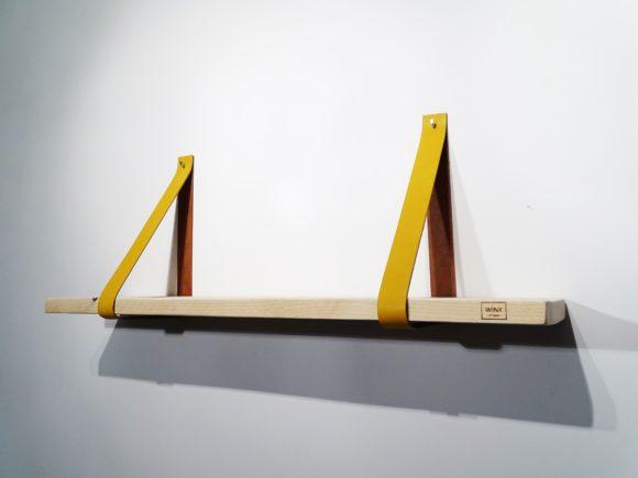 Wandplank met leren plankdragers okergeel