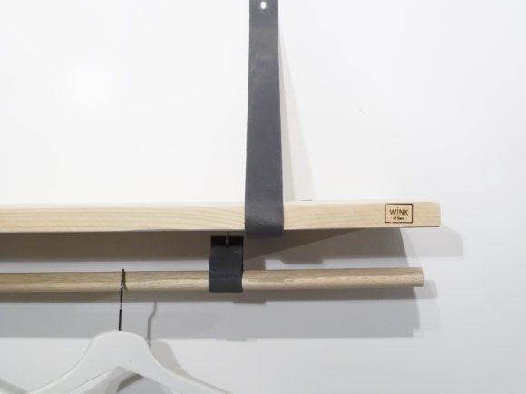 wandplank met leren plankdragers en houten roede antraciet