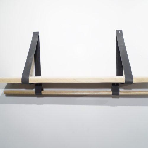 Wandplank met leren plankdragers en houten roede