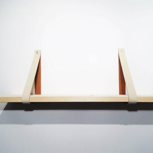 Wandplank met leren plankdragers creme
